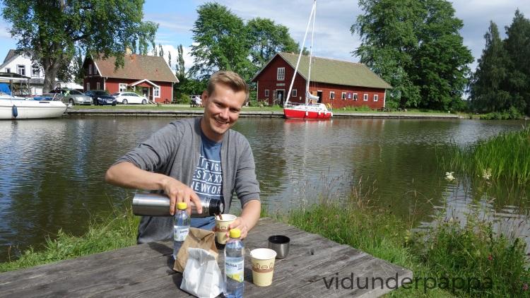 Medbragt mat og drikke er topp, men det var også mulig å ta seg en is eller noe godt å drikke på de mange små kafeene langs Göta kanal.
