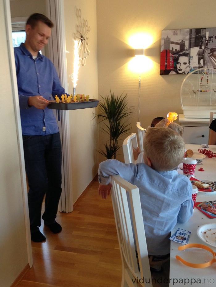 """Vidunderpappa selv satte tonen på """"Happy Birthday"""" når kaken med stjerneskudd kom inn på bordet!"""