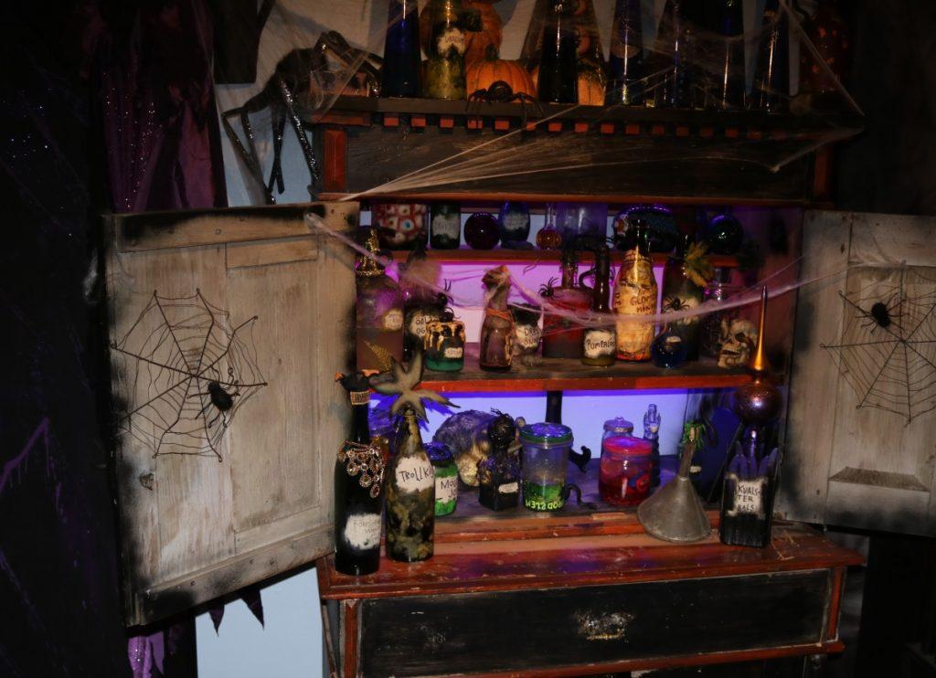Eldste fikk skikkelig hjemlengsel når hun fikk se heksens hus. Det var så mange likheter med hennes eget rom der heksen hadde glass med både dragefis og troll-snott.