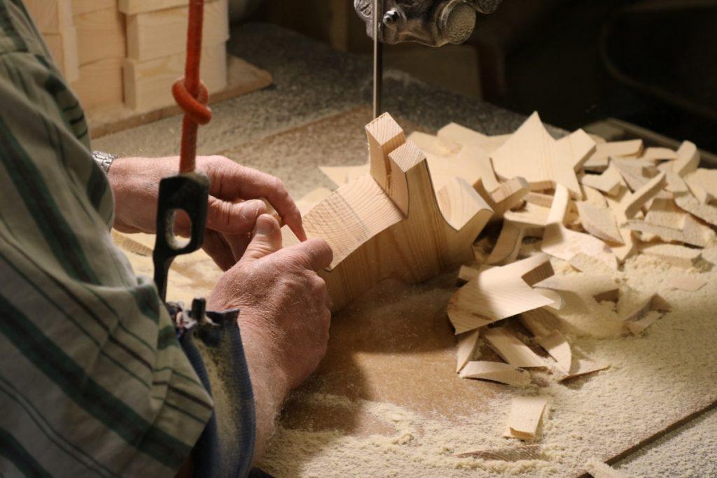 Med båndsagen skapes figuren av en Dalahest! Hver hest blir laget slik og det er presisjon og stolthet i hver eneste kunststykke.