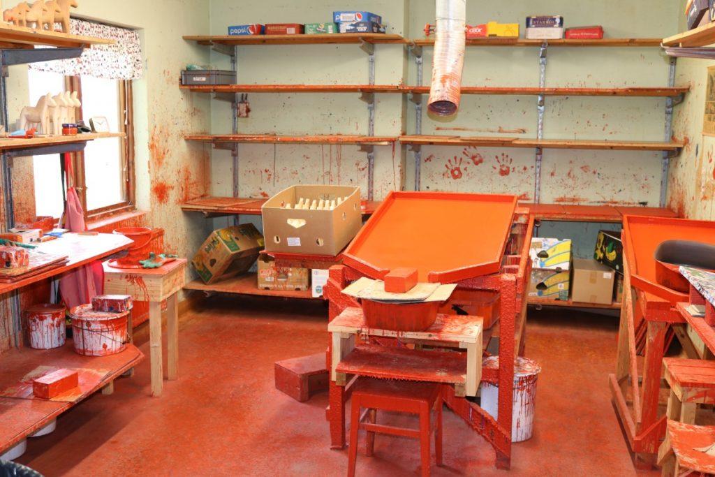 """Jeg stusset litt når jeg fikk besøke dette rommet. Det kunne se ut som noe fra serien """"Dexter"""" eller restene etter """"The red wedding"""", men var i virkeligheten rommet der de malte de kjente røde Dalahestene - sa de da..."""